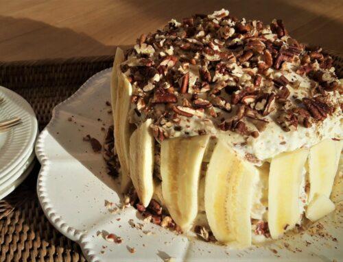 Feestelijke pecannotencake met banaanfrosting