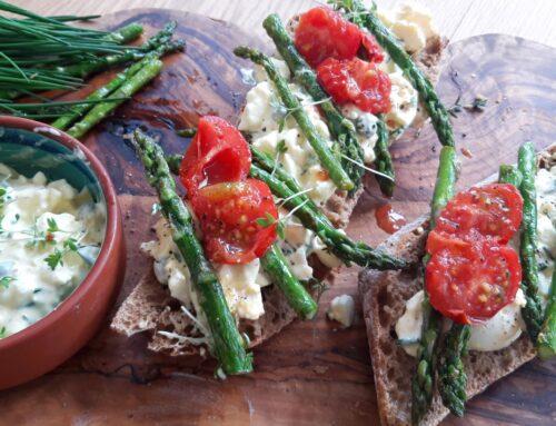 Sandwich met eiersalade en gegrilde asperges